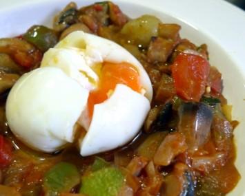 Fritada-de-verduras-con-huevo-pochado