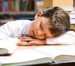 Nino_dormido_sobre_libro_261